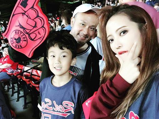 黃美珍與老公張瑞哲一同赴美旅遊探親。(圖/翻攝自臉書)