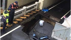 台南豪雨沖出巨大路坑 3騎士慘摔 台南,林森地下道,路坑,豪雨,摔車,坍方,工務局 翻攝畫面