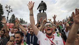 沒門票也瘋世足,世界盃球迷慶典場外熱。(圖/美聯社/達志影像)