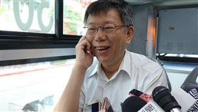 柯文哲公車上受訪台北市長柯文哲(圖)19日上午搭公車到台北市政府上班途中,接受媒體訪問。中央社記者梁珮綺攝  107年6月19日