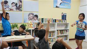 小小說書人說故事  台上台下互動熱烈金門風獅爺童書館,每週三下午舉辦小朋友說故事時間。小小說書人爭相上台說故事,台下的大小朋友聽得津津有味,互動熱烈。中央社記者黃慧敏攝  107年6月18日