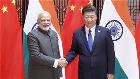 習莫非正式會晤 便於觸及戰略長期議題印度總理莫迪27日將在武漢與中國國家主席習近平舉行非正式會晤。圖為2017年9月5日,莫迪(左)與習近平在廈門金磚國家領導人會議會晤。(中新社提供)中央社 107年4月26日