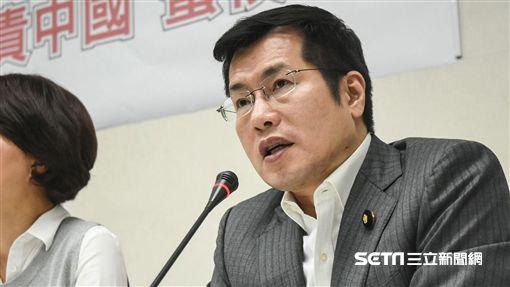 民進黨團召開「團結台灣一致對外,譴責中國蠻橫打壓」記者會,民進黨立委羅致政。 (圖/記者林敬旻攝)