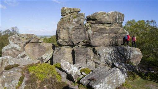 英國北約克郡知名景點「布里姆漢姆岩」(Brimham Rocks)是冰河時期留下的自然風景,不少旅客都會前往朝聖。但日前卻有5位屁孩不僅在岩壁簽名,還把一塊大岩石推下,導致岩石變碎塊,秒毀3.2億年的冰河遺跡。(圖/翻攝自推特NESTA-US)