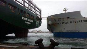 中鋼礦砂船求新輪擦撞長滿輪貨櫃船,滿輪尾右弦被撞到凹陷,高雄港。翻攝照片