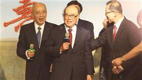 郝柏村出席吳伯雄80大壽感恩茶會前行政院長郝柏村(左2)19日出席前國民黨主席吳伯雄(左)「80大壽感恩茶會」,應邀上台致詞。中央社記者謝佳璋攝 107年6月19日