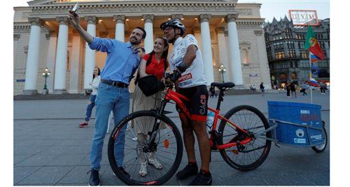 ▲瘋狂球迷Helder Batista從葡萄牙騎腳踏車到莫斯科但世界盃足球賽。(圖/截自網路)