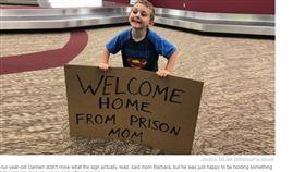 家人,親情,接機,溫馨,出獄,美國,媽媽,貼心,爆笑 https://www.today.com/parents/son-tricks-mom-welcome-home-prison-sign-airport-t130962