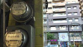 用電量破今年新高白天氣溫持續偏高,15日最高用電量再創今年新高,達3351.8萬瓩,超越台電原本預估的3330萬瓩,備轉容量率5.14%,亮供電警戒橘燈。中央社記者董俊志攝 107年5月15日