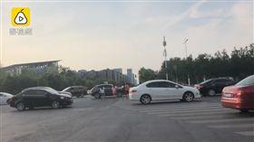 6小學生衝路口逼汽車急煞 笑回「家裡開保時捷會治好我」(圖/翻攝自梨視頻)