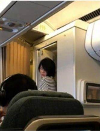 ▲▼網友在飛機上捕獲野生王菲。(圖/翻攝自微博)