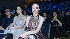 張榕容17日性感出席「2018微博電影之夜」。(翻攝微博)