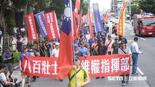八百壯士繞行立法院抗議。 (圖/記者林敬旻攝)