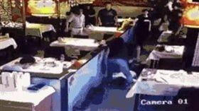 中國大陸北京一名男學生在餐廳持刀刺殺自己的同學(圖/翻攝自微博)