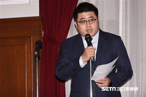 總統府發言人林鶴明主持軍人年金改革談話。 (圖/記者林敬旻攝)
