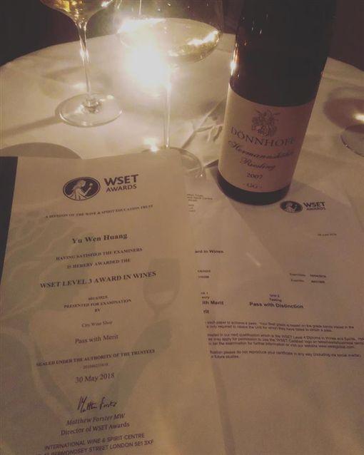 ▲黃鈺文最近考取了品酒資格的國際證照。(圖/翻攝自臉書)