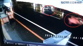 雨夜出門倒垃圾 台南婦遭「機車猛撞+轎車狠輾」肇逃慘死(圖/翻攝畫面)