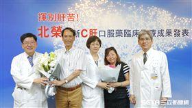 C肝患者黃先生(左二)、簡女士(右二)對北榮醫療團隊的治療表達感謝。(圖/台北榮總提供)