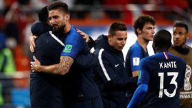法國球員賽後相互擁抱祝勝利。(圖/路透/達志影像)