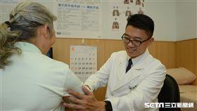 台北慈濟醫院胸腔外科醫師鍾政錦(右)向患者說明肋骨復位固定手術。(圖/台北慈濟醫院提供)