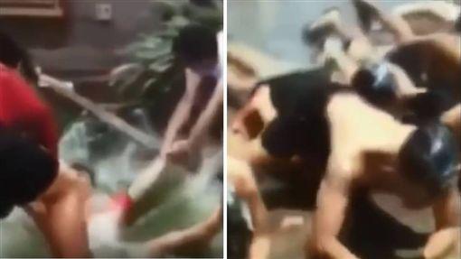 新加坡國立大學迎新活動變「淫新」!有學生爆料指出,他們到聖淘沙參加活動時,玩「脫衣縋布繩」的比賽,就將近一半的男生當眾全裸,還有學姐大膽脫光光。目前校方已介入調查,將會嚴厲地處理這件事情。(圖/翻攝自YouTube)