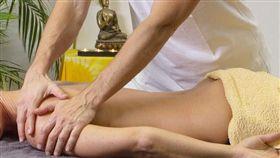 按摩、脊椎、背部、裸背、男師傅、SPA/Pixabay