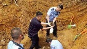 ▲當地警方搜尋李男屍骨(圖/翻攝自成都商報 微博)