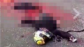 馬來西亞重機騎士高速公路上遭後車輾過分屍。(圖/翻攝中國報》