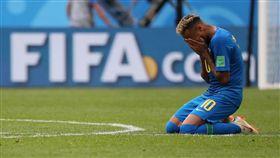 球星內馬爾(Neymar Jr)進球,比賽結束後跪地痛哭。(圖/路透社/達志影像)