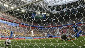 進球之際是最讓足球迷興奮的時刻。(圖/美聯社/達志影像)