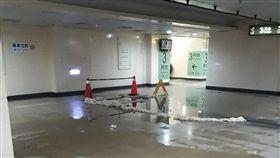 基隆,七堵,火車站,台鐵,漏水。翻攝自《爆料公社》