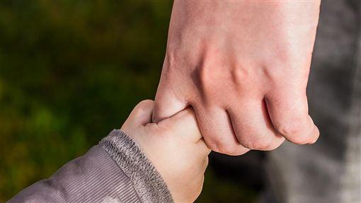兒童,孩子,小孩,牽手,父母,扶養,照顧(圖/翻攝pixabay)
