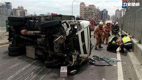 台64快速道路,貨車,翻覆,交通,事故,堵塞(圖/翻攝畫面)