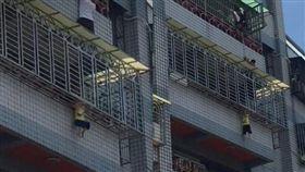男童,陽台,欄杆,屏東(翻攝畫面)