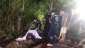 泰國曼谷驚傳分屍案!一名30至35歲的女子慘遭分屍,被兇手大卸14塊丟棄在荒野路上。目前當地警方已介入調查,詳細的事發原因、死者身分仍有待釐清。(圖/翻攝自泰國世界日報)