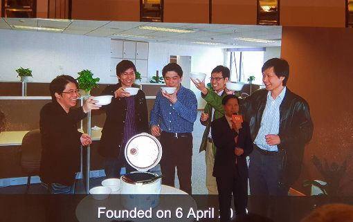 雷軍當年領軍創小米 喝小米粥上戰場小米23日在香港舉行全球招股記者會,執行長雷軍當年集結團隊,在北京中關村喝完一碗「象徵重新上戰場的小米粥」後,2010年建立了小米公司。中央社記者江明晏攝 107年6月23日