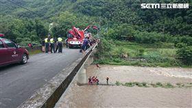 三峽大豹溪溪水暴漲,遊客受困/翻攝畫面