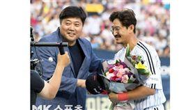 ▲LG雙子39歲強打朴龍澤(右)打破紀錄,接受梁埈赫獻花。(圖/截自韓國媒體)