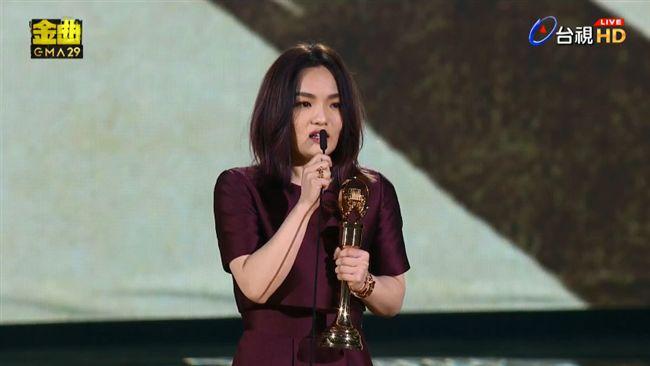 徐佳瑩拿最大獎!「嘴對嘴」狂吻阿妹