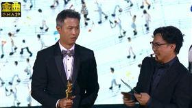 陳奕迅跟製作人上台領年度專輯獎。(翻攝YouTube)