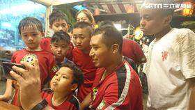 ▲墨西哥教練Rm Albert與學童一起看比賽。(圖/Rm Albert提供)