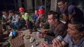 ▲工人一起在工地看比賽。(圖/取自網路)