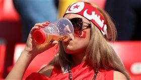 對球迷們來說,看球絕對不能少啤酒。(圖/路透/達志影像)