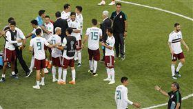 墨西哥球員擊敗南韓後相互道喜。(圖/美聯社/達志影像)