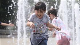 天熱 小朋友開心戲水消暑中央氣象局預報員陳伊秀表示,全台各地26日晴朗炎熱,西半部高溫上看攝氏36度,提醒民眾注意防曬並多補充水分。台北市區有小朋友們在戶外噴水廣場開心戲水消暑。中央社記者徐肇昌攝 107年5月26日