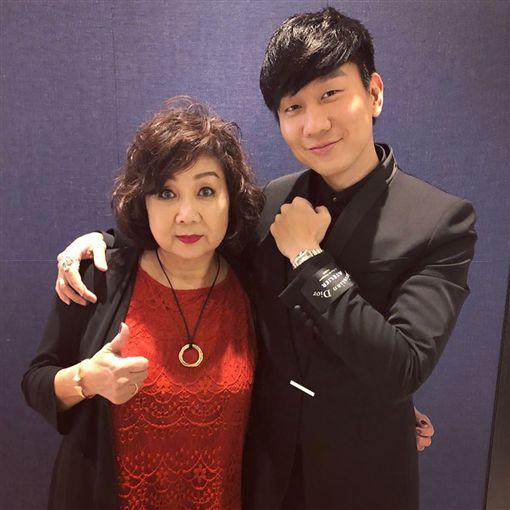 ▲林俊傑的媽媽昨晚全程陪同出席。(圖/翻攝自臉書)