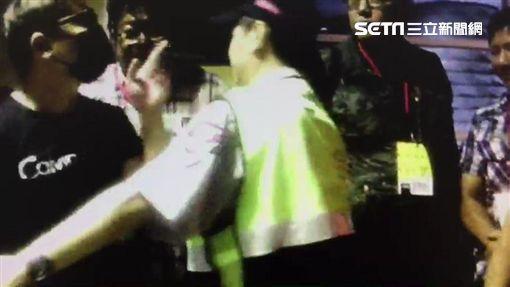 吳男無媒體證試圖闖入金曲獎新聞中心後台,與現場媒體人員爆發衝突(翻攝畫面)