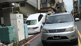 LEXUS轎車被拖吊,45度角翹孤輪車尾直接碰地,網驚呆。(圖/翻攝爆廢公社)