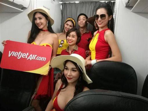 ▲泳裝模特兒端飲品,越捷航空乘客樂歪!(圖/翻攝自泰國網臉書)