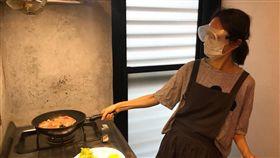 柯佳嬿,坤達,做菜,早午餐,護目鏡,口罩(圖/翻攝自坤達臉書)